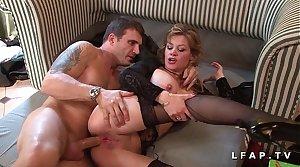 Mature bourgeoise en lingerie grave sodomisee avec ejac entre ses gros seins