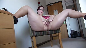 Busy Mature BBW with mini skirt rips her pantyhose and spreads
