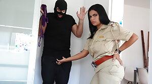 Police wali ne chor ko apne titties se dhoodh pilaya aur choda